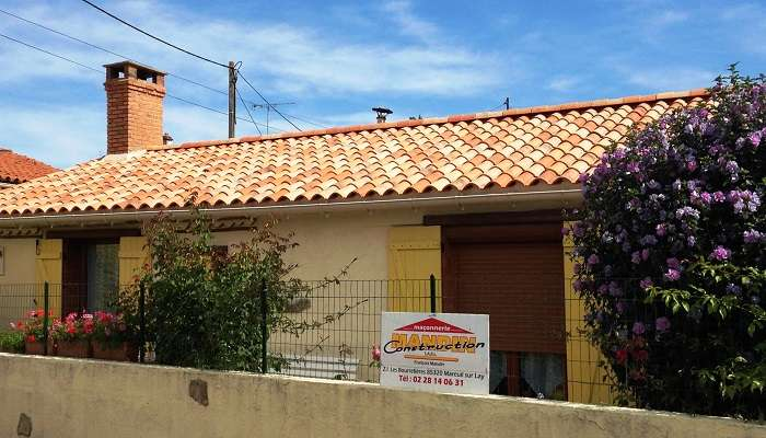 Couverture de toiture tuile par couvreur mareuil sur lay for Tuiles pour toiture maison