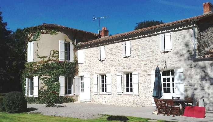 Ravalement de façade avec enduit par maçon à La Roche sur Yon Vendée